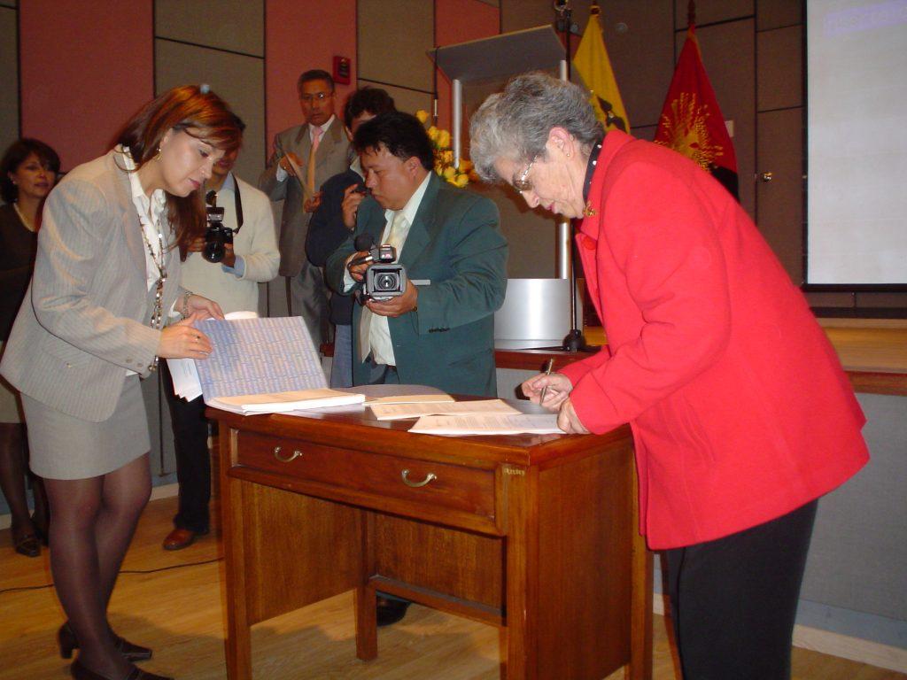donación archivos Oscar Efrén Reyes